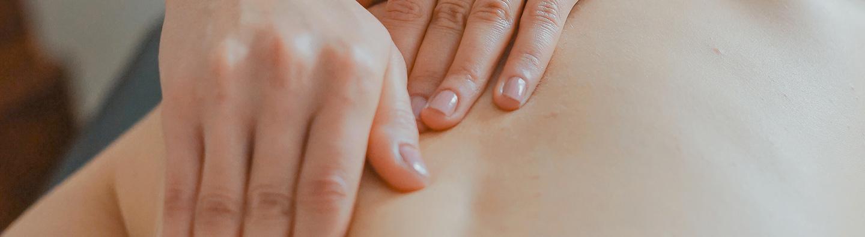 Le massage californien est une approche globale qui vise autant la détente que l'éveil d'une conscience psychocorporelle. Ce massage utilise de longs mouvements lents et fluides qui permettent une profonde relaxation physique et psychique.